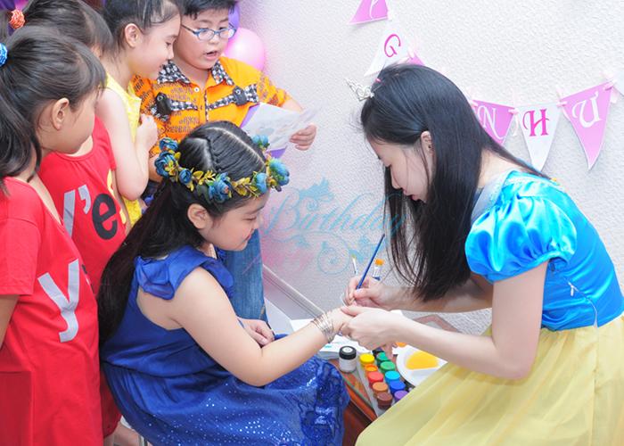Cô tiên vẽ hóa trang cho bé